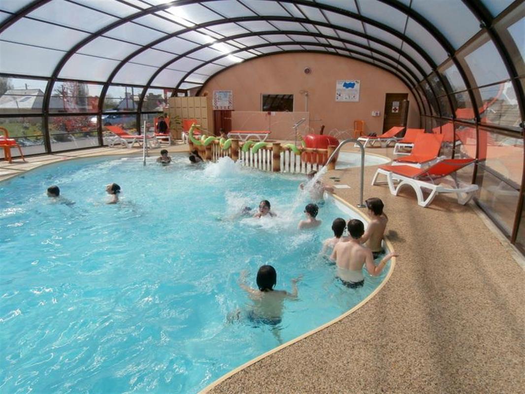 Piscine couverte et chauff e avec espace aqualudique for Camping avec piscine morbihan